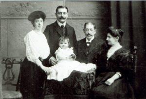 Zilveren bruiloft Chemnitz 6 mei 1908, v.l.n.r. mijn grootouders Ella en Leib Weiser-Skall; mijn overgrootouders Josef en Cecilia Skall-Hirsch; daarvoor mijn moecder Claire Weiser.