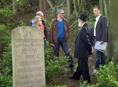 Overleg op de Joodse begraafplaats Goes